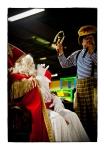 Clown Bas sloopt de staf van Sinterklaas